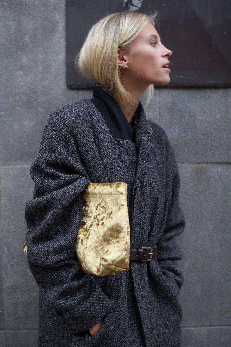 Manteau gris et sac doré