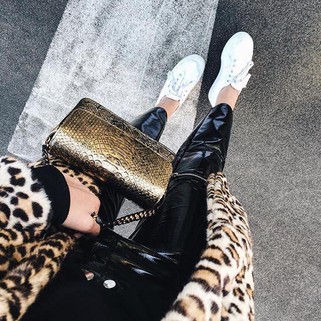 Manteau léopard et sac doré